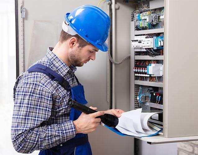 professionnel électricien commercial