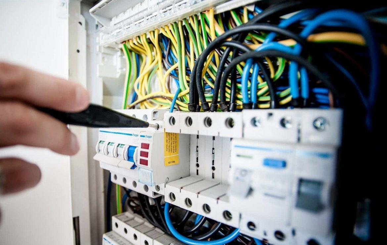 Installation d'un tableau électrique précâblé: Guide